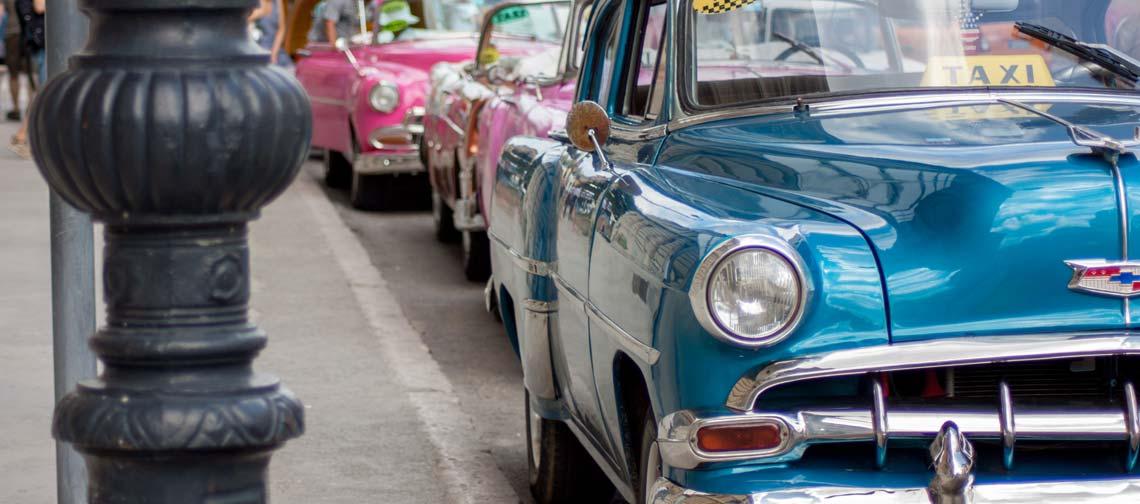 Kubanische Taxis im Stadtviertel Habana Vieja.