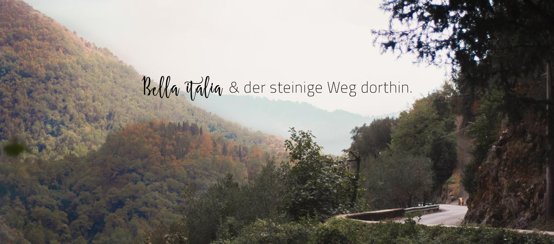 Ausblick mit bewaldeten Bergen in Italien.