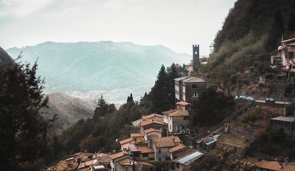 Ein toskanisches Ort am Hang.