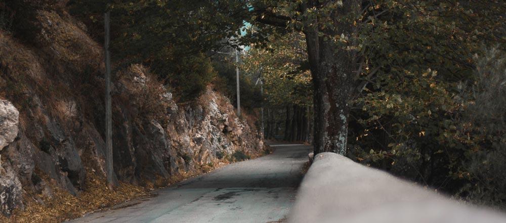 Eine italienische Straße am Hang.